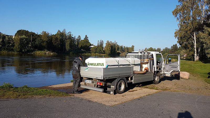 Kalankuljetusauto Kokemäenjoen varrella